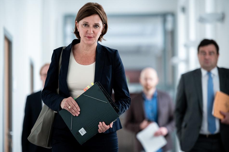 Schulministerin Yvonne Gebauer (54, FDP) wies auf potentielle Schulverweise bei Verstoß gegen die Maskenpflicht hin.