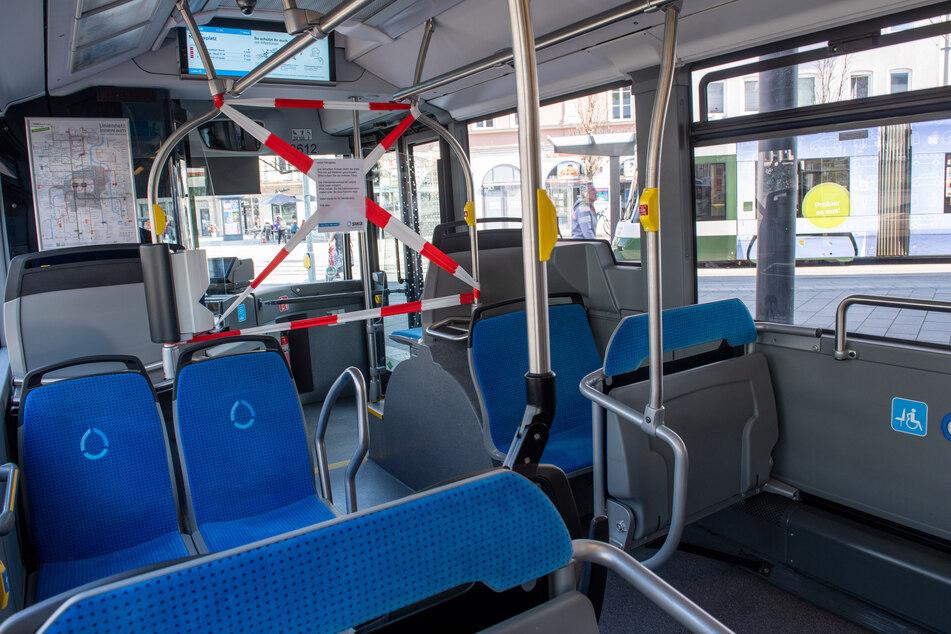 Bei einem Bus in Augsburg wurde der Beriech um den Fahrer abgesperrt.