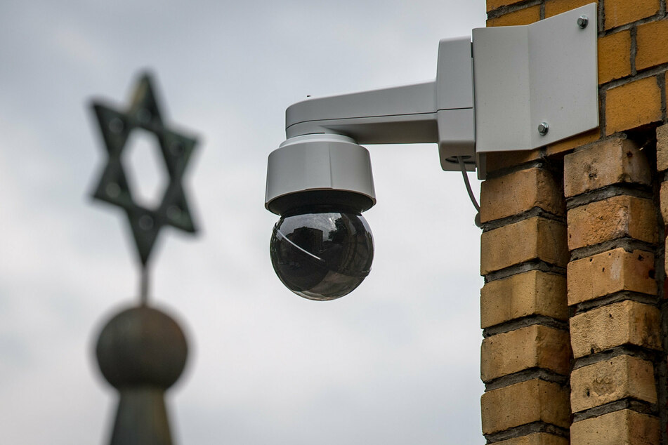 Polizist soll Hakenkreuz vor Jüdischer Gemeinde beseitigt haben
