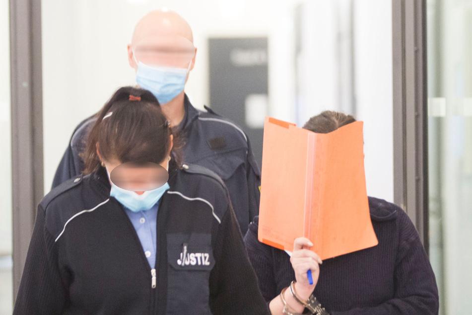 Stefanie W. (32) schloss die Augen oder schaute weg, als die Fotos der verwesenden Leiche gezeigt wurden.