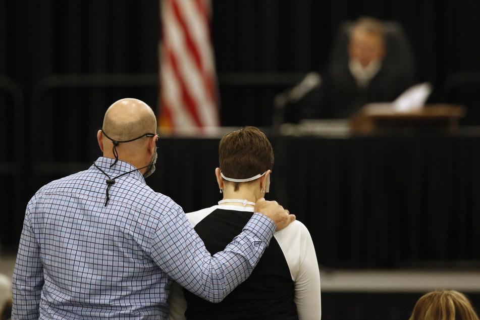 Dave Domingo (l) und seine Schwester Debbi Domingo McMullan stehen im Gericht und hören zu, wie DeAngelo des Mordes an ihrer Mutter Cheri Domingo im Jahr 1981 angeklagt wird.