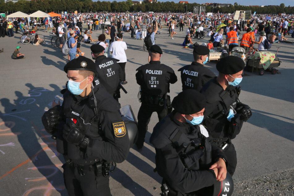 Polizisten haben auf der Theresienwiese bei einer Demonstration gegen die Corona-Maßnahmen einen Kreis gebildet.