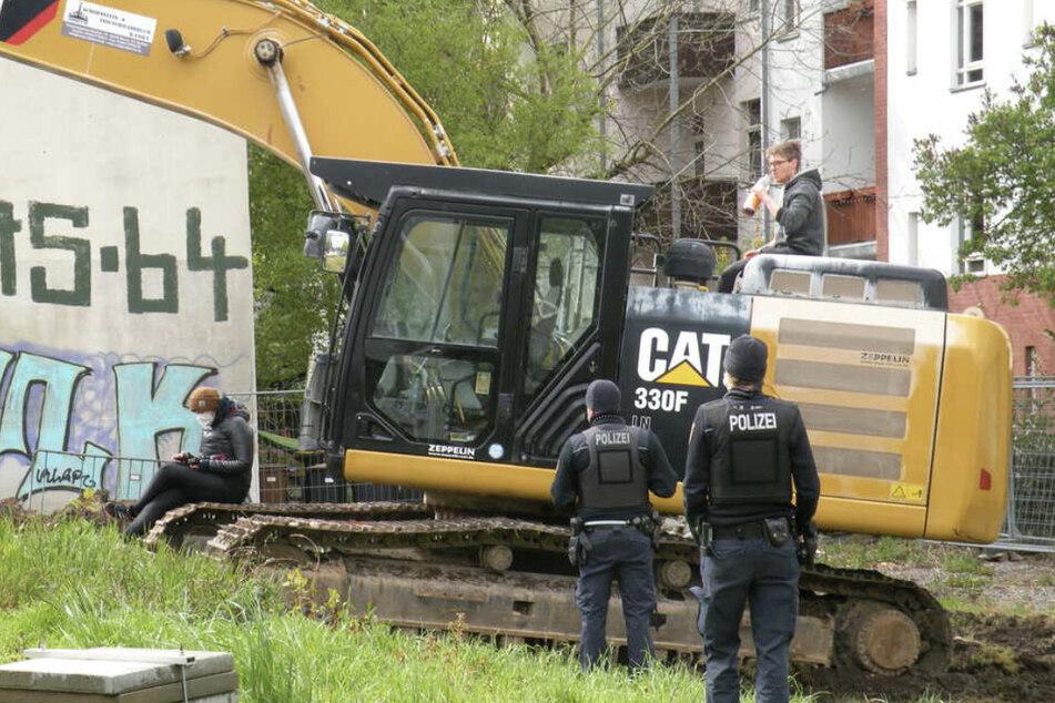 Kurz vor sechs Uhr besetzte Willi Richter (26) am Morgen des 7. Mai einen Bagger, um einen Baustopp auf dem Gelände in der Hildebrandstraße zu bewirken.