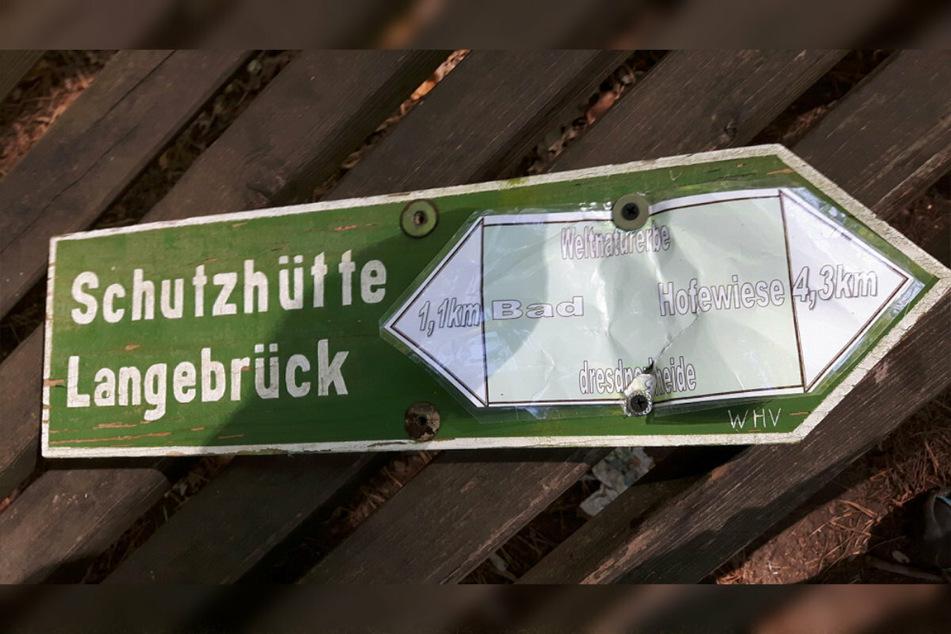 Wo geht es lang? Mit zusätzlich aufgeklebten Stickern verwirrten die Übeltäter wohl zahlreiche Besucher der Dresdner Heide.