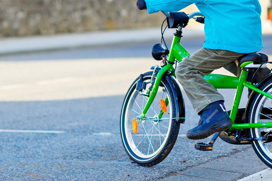 Tödliches Drama: Kleiner Junge fährt mit seinem Kinderrad auf Dorfstraße und wird erfasst