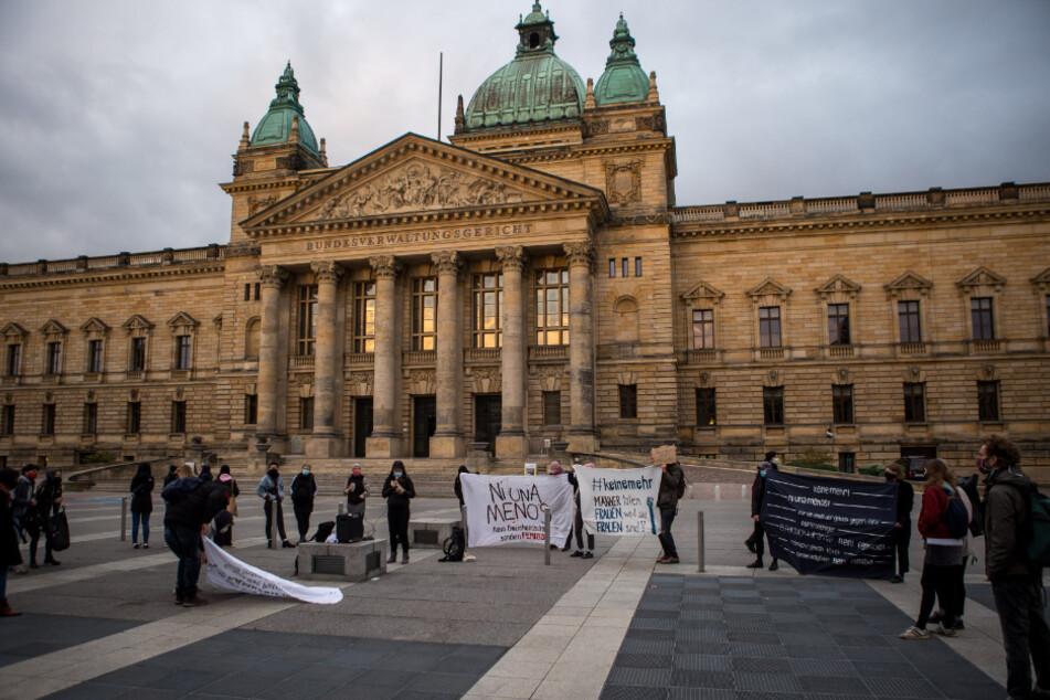 Auf dem Simsonplatz demonstrierten knapp 100 Menschen gegen Femizide.