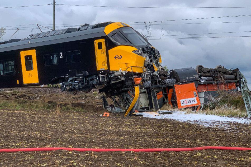 Der begrabene Triebwagen und der Zug, der über ihn gerollt war. Wie durch ein Wunder konnte sich der Lokführer aus dem Zug mit leichten Verletzungen befreien.