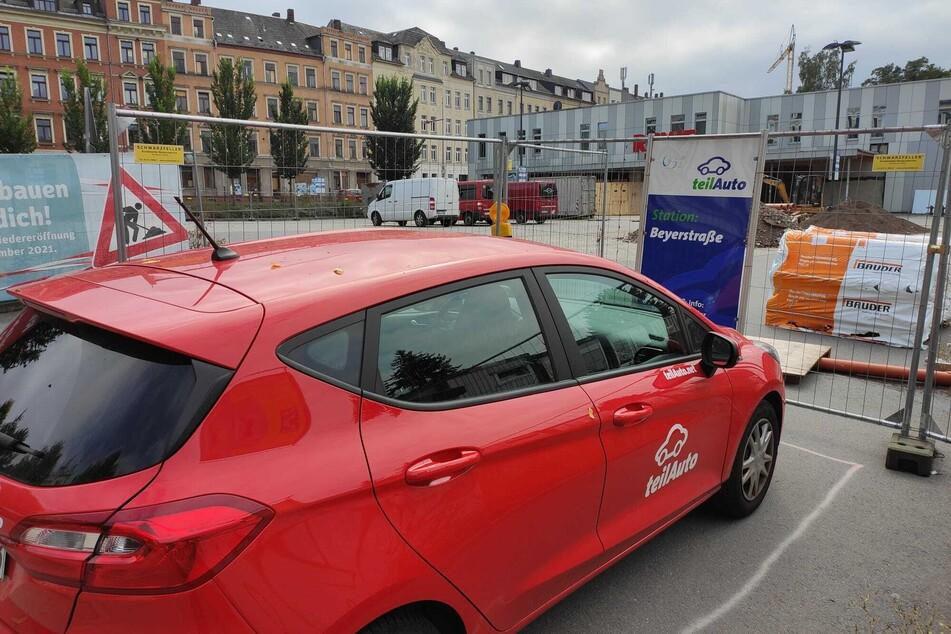 Die teilAuto-Station an der Beyerstraße gibt's noch - allerdings ist sie nun von Bauzäunen umgeben.