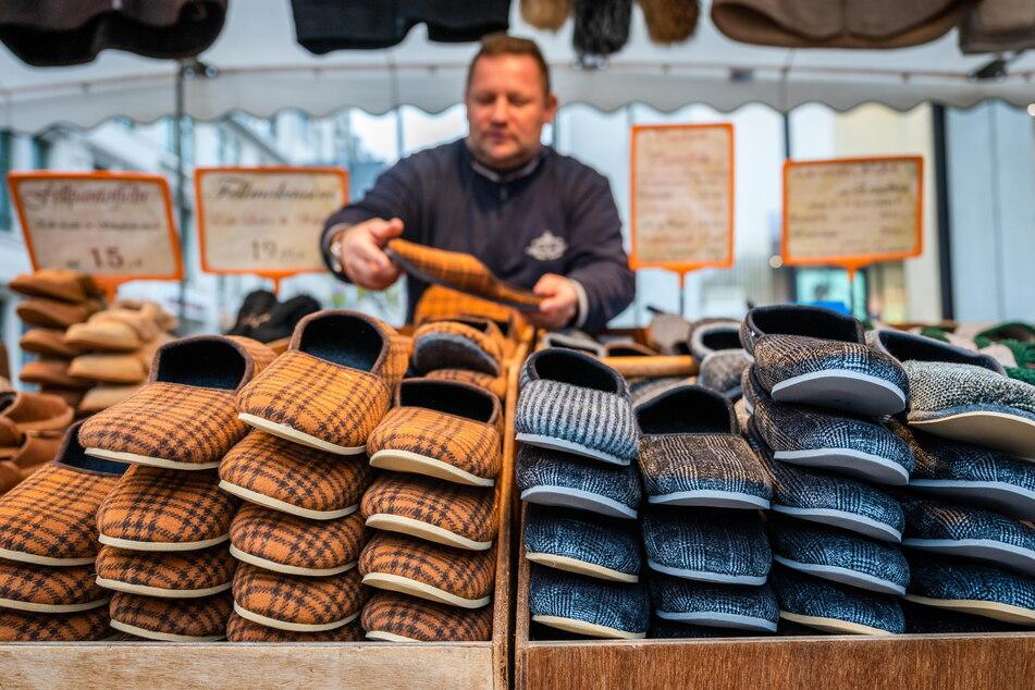 """Erstmals seit Frühjahr 2020 boten Händler ihre Waren beim """"Jahrmarkt rund ums Rathaus"""" feil."""