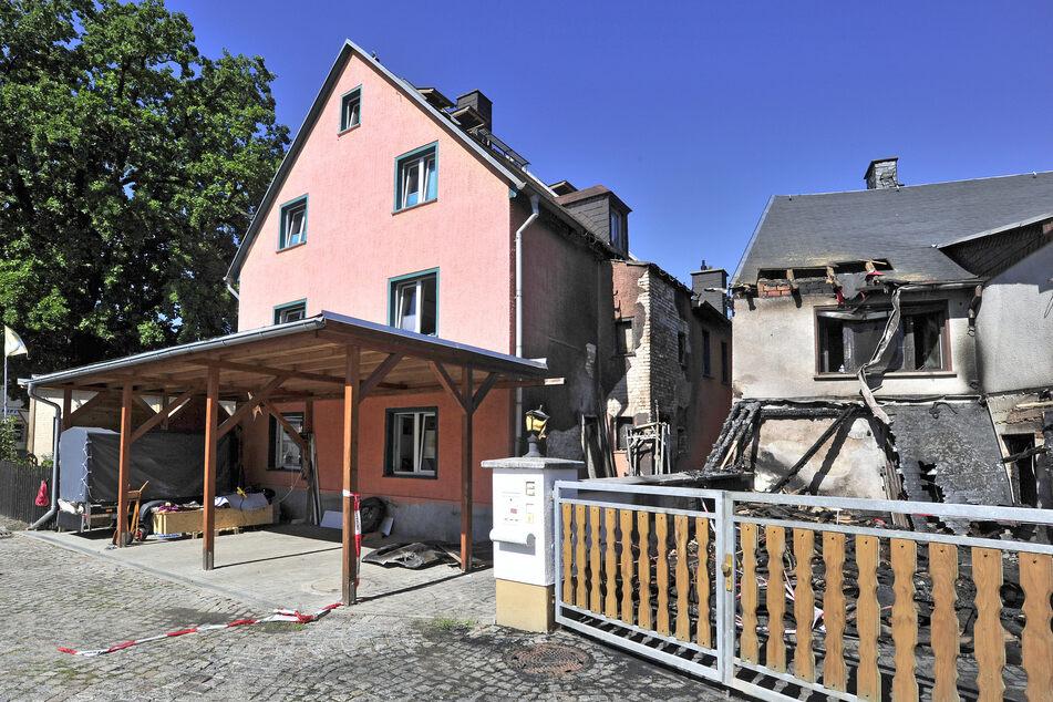 In Einsiedel griff der Carport-Brand auf ein Nachbarhaus über. Zwei Frauen (82,34), ein Mann (41) und zwei Kinder (8,11) konnten sich in Sicherheit bringen.