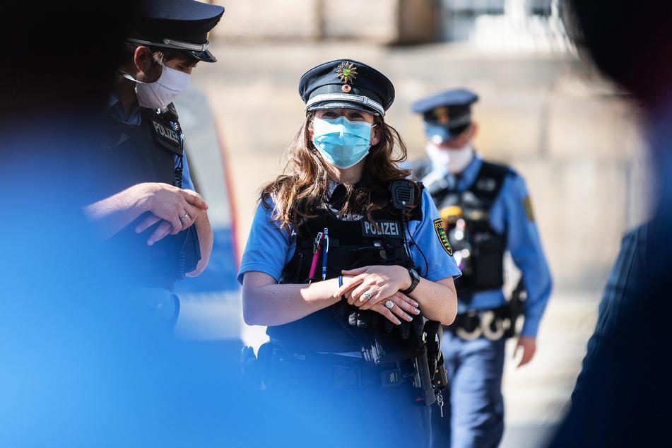 Mehrere Polizisten tragen Mundschutz während eines Einsatzes. (Symbolbild)
