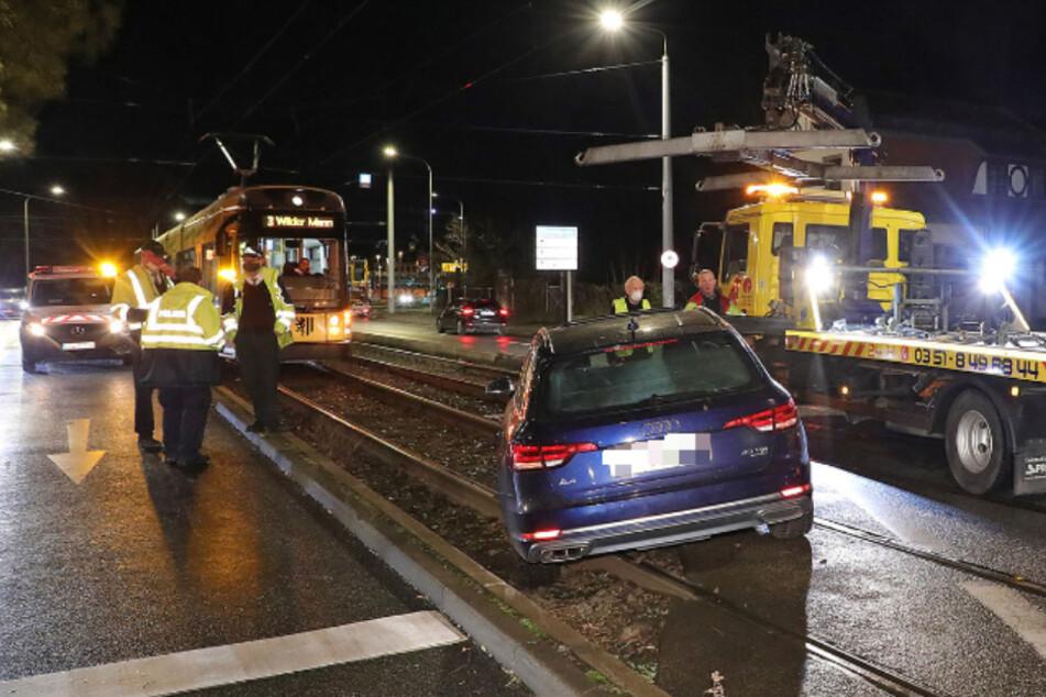 Audi und Mercedes fahren fast zeitgleich ins Gleisbett: Abschleppdienst hat alle Hände voll zu tun