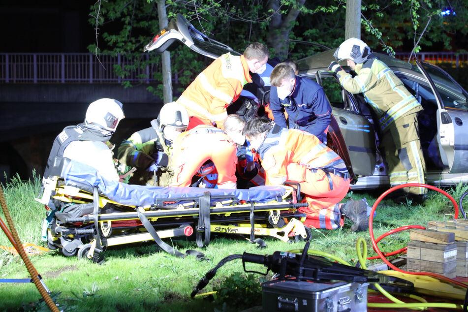 Bei dem Verkehrsunfall in der Löbtauer Straße in Dresden wurden alle drei Insassen schwer verletzt.