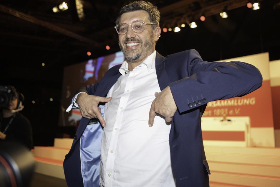 Claus Vogt (51) wurde bei der außerordentlichen Mitgliederversammlung des VfB Stuttgart am 15. Dezember 2019 zum Präsidenten gewählt und deutete symbolisch den Brustring an.