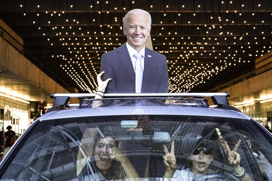 Philadelphia: Zwei Frauen feiern im Auto mit einer Pappfigur von Biden nach der Präsidentschaftswahl.