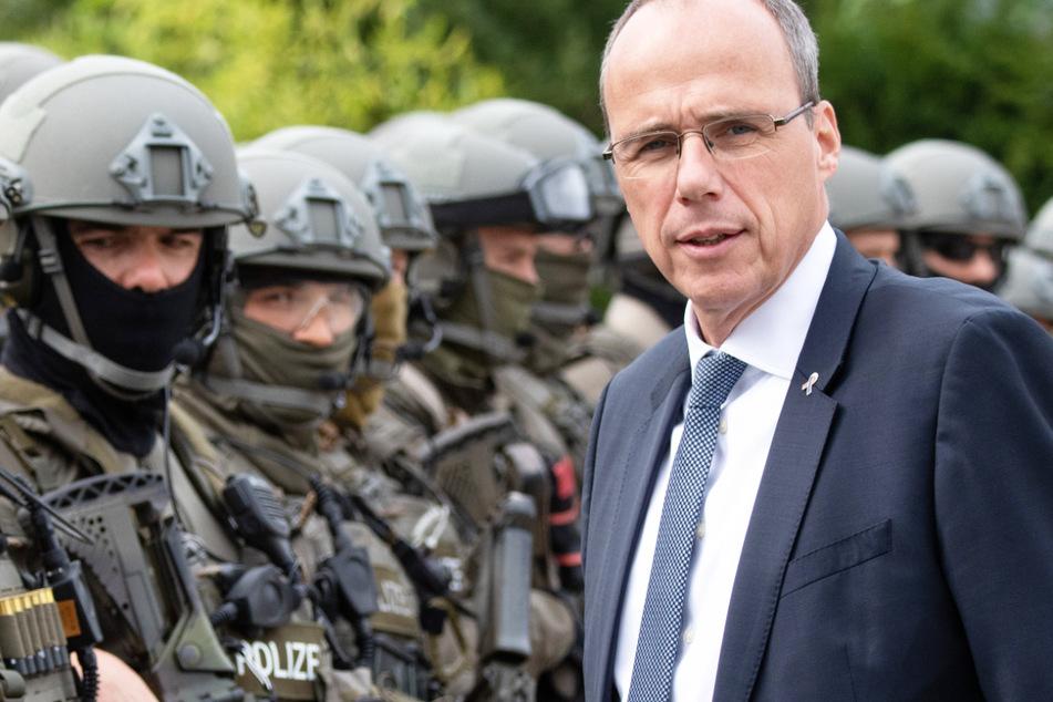 Der hessische Innenminister Peter Beuth (53, CDU) spricht im September 2017 am Rande einer Übung mit Beamten des Spezialeinsatzkommandos (SEK) der Polizei Frankfurt.