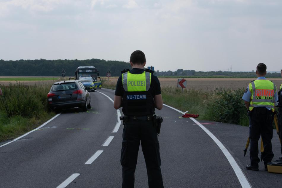 Polizisten sichern nach dem tödlichen Unfall in Köln-Zündorf Spuren.