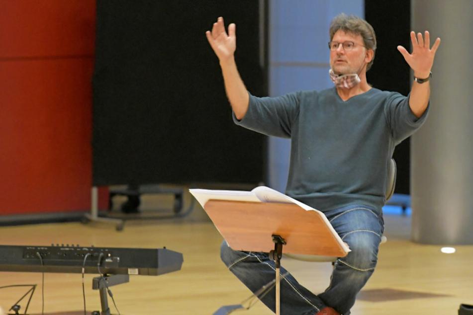 Professor Milko Kersten (55) dirigiert vom Podest aus das Jugendsinfonieorchester des Heinrich-Schütz-Konservatoriums.