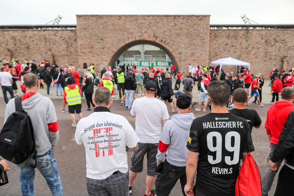 """Fans des Halleschen FC protestieren mit einem Banner """"Frankfurt halt's Maul!"""" vor dem Erdgas-Sportpark gegen das Geister-Heimspiel des Drittligisten gegen Eintracht Braunschweig."""