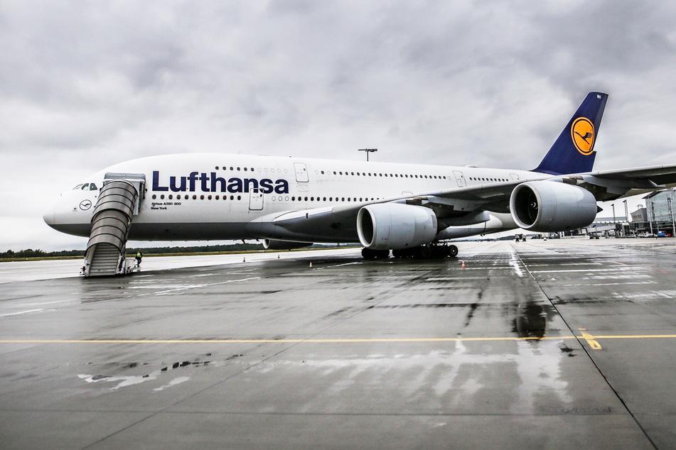 Ein Airbus A380 der Lufthansa steht am Flughafen Dresden. (Symbolbild)