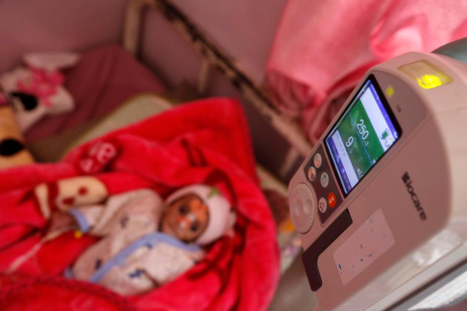 Ein Kind liegt auf der Station für unterernährte Kinder eines Krankenhauses in Sanaa, wo es medizinisch versorgt wird.