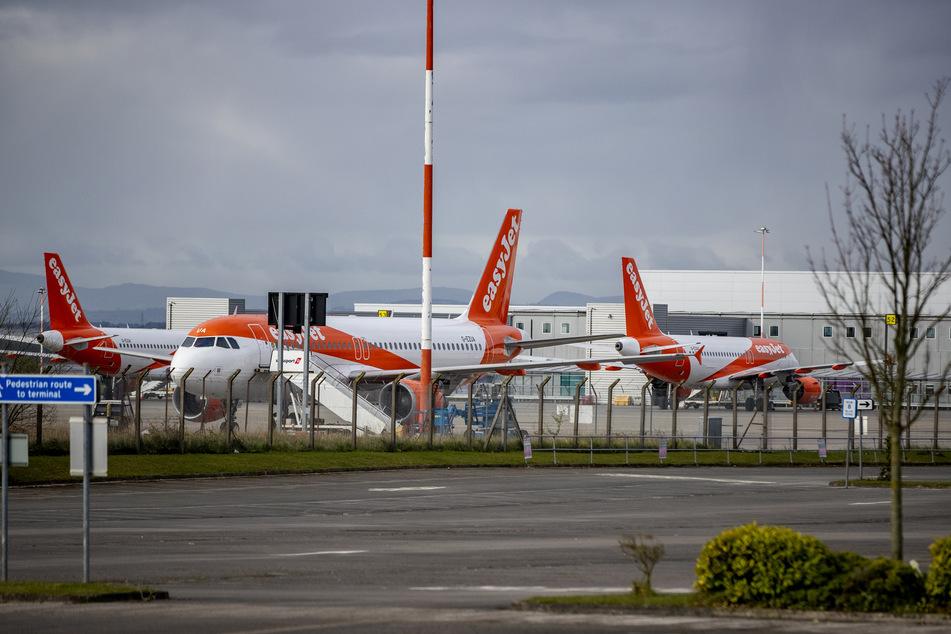 Flugzeuge der britischen Fluggesellschaft Easyjet stehen auf der Rollbahn des John Lennon Flughafens.