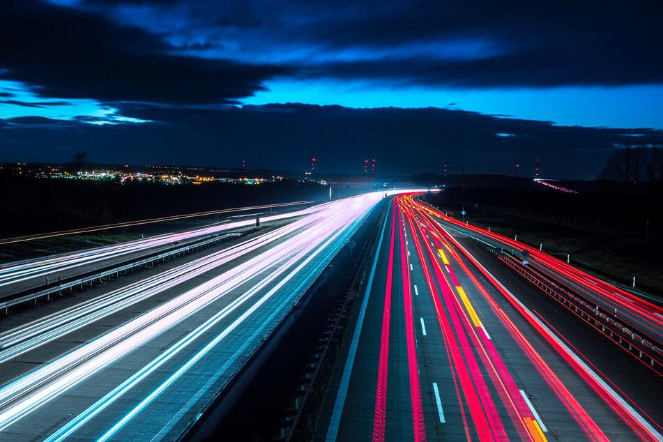 Skoda-Fahrer parkt auf der A4, um zu schlafen