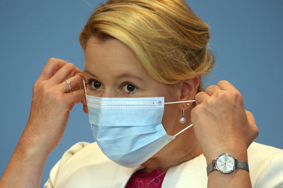Bundesfamilienministerin Franziska Giffey (SPD) nimmt ihre Mund- und Nasenschutzmaske ab.