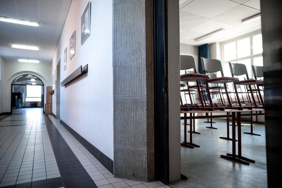 Infizierte Reise-Rückkehrerin verursacht zwei Schulschließungen