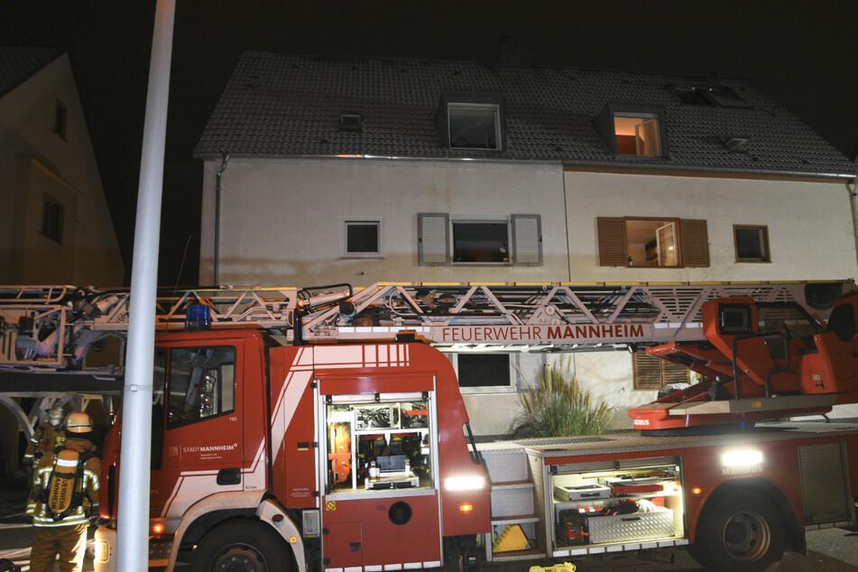 Ein Feuerwehrauto steht nach den Löscharbeiten vor dem Haus. Vier Menschen wurden bei dem Brand verletzt.