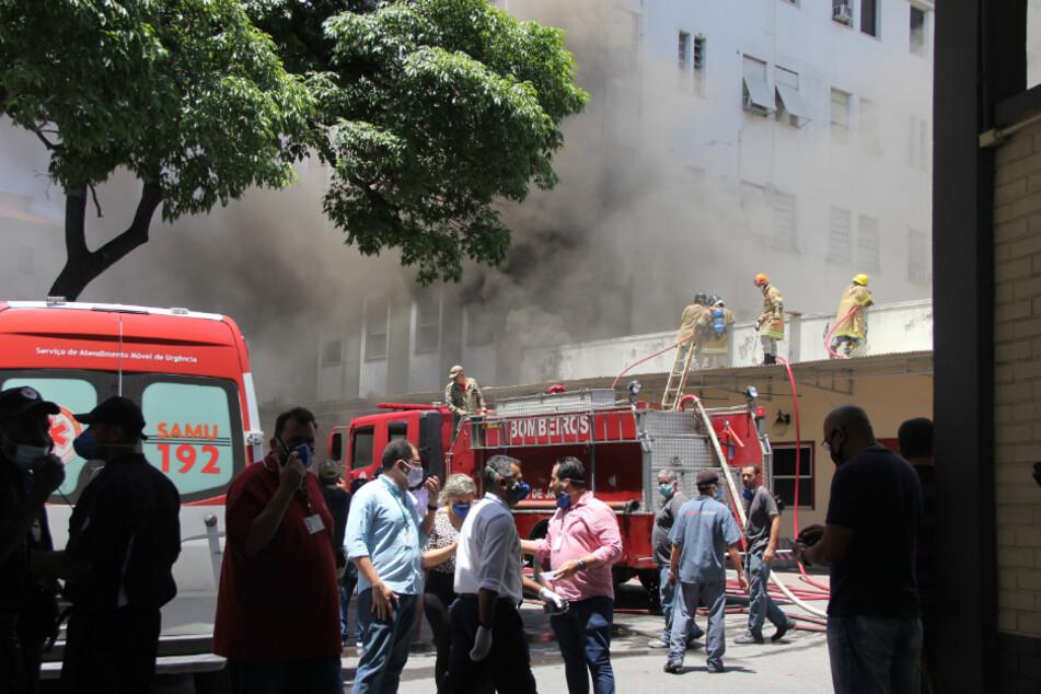Einheiten der Feuerwehr sind bei dem Brand im Krankenhaus Bonsucesso im Einsatz. Laut lokalen Medien konnten die Flammen gelöscht werden.