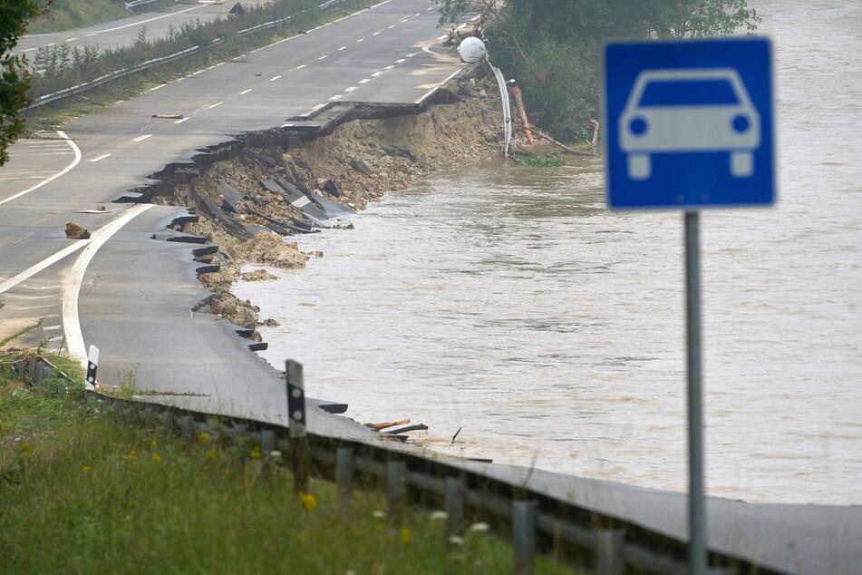 Die Hochwasser in der vergangenen Woche hinterließen in weiten Teilen von NRW ein Feld der Verwüstung. Am Wochenende drohen erneut kräftige Schauer und Gewitter.