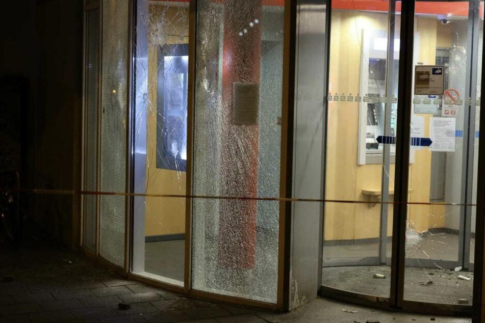 Mitten in der Nacht zum 13. Juni bewarfen rund zehn bis 15 Unbekannte die Sparkasse in der Ungerstraße mit Steinen und anderen Gegenständen.