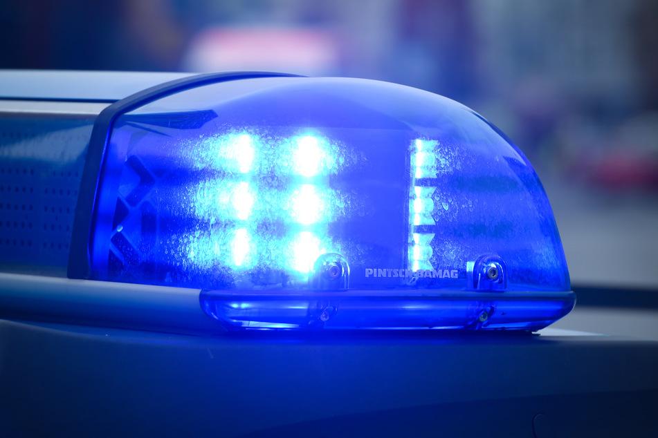 Mopedfahrer will vor Polizei abhauen und schleift Beamten 150 Meter mit!