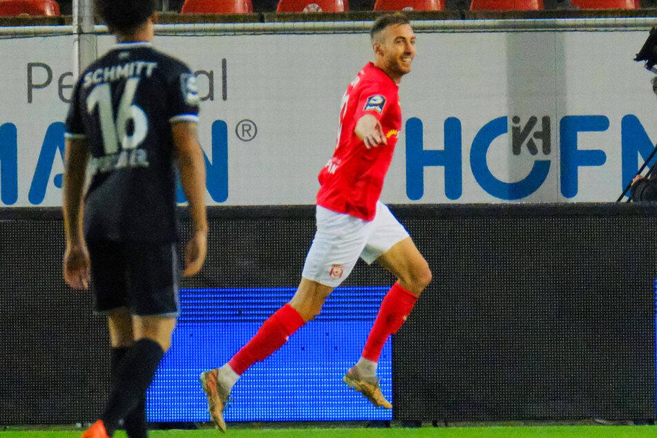 Was für ein Auftritt von Michael Eberwein (r.)! Der wuchtige HFC-Angreifer erzielte gegen Verl drei Tore und bereitete den vierten Treffer direkt vor.