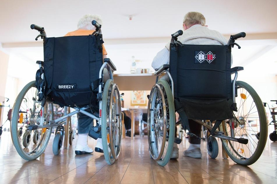 In einem Dürener Pflegeheim haben sich nach einem Ausbruch der britischen Coronavirus-Mutation 22 Bewohner, zwölf Mitarbeiter und zwei Angehörige angesteckt (Symbolbild).