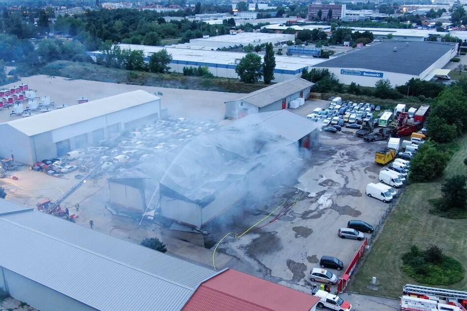 Das Feuer musste von allen Seiten der Lagerhalle gelöscht werden.