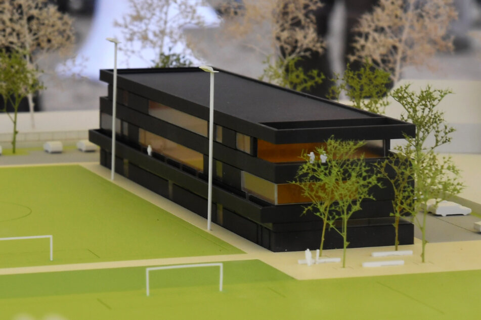 Modell des Funktionsgebäudes und zweier Fußballplätze.