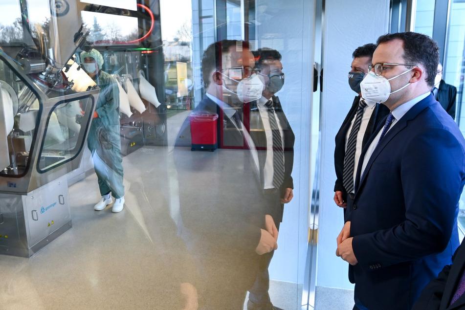 Schon bald Impfungen gegen Corona? Jens Spahn besucht Impfstoffhersteller in Sachsen-Anhalt