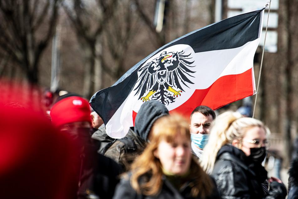 Die Flagge aus dem Kaiserreich wird von Rechtsextremisten und Reichsbürgern auch heute noch verwendet (Symbolbild).