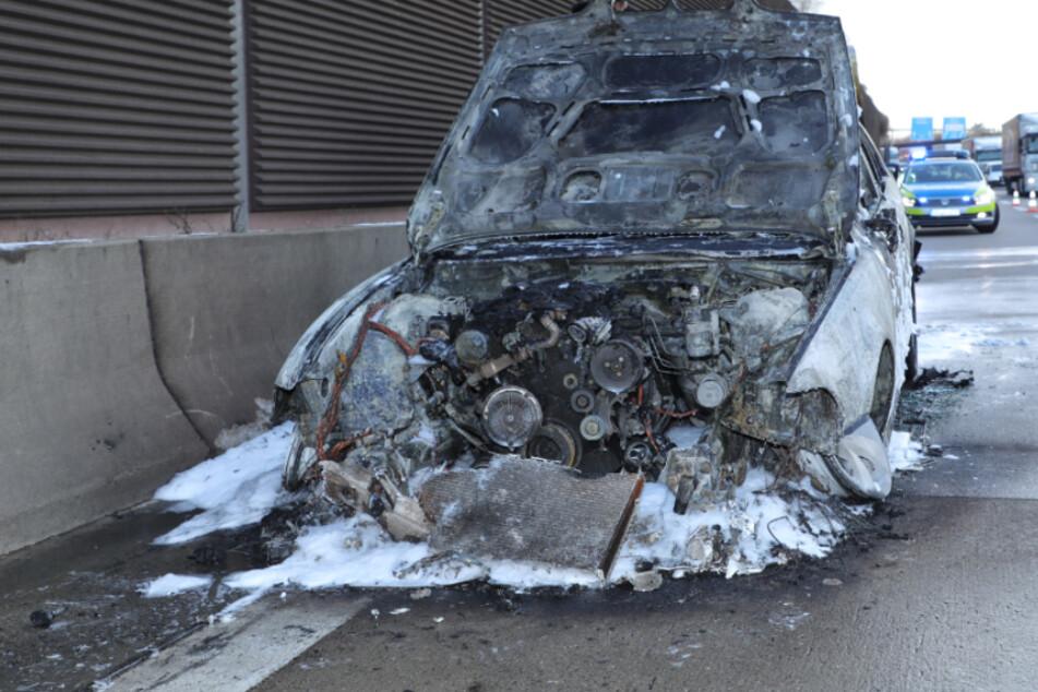 Dresden: BMW fängt auf A4 Feuer und brennt vollkommen aus!