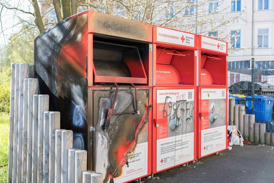 Abgefackelt! Unbekannte setzten am Samstagabend einen Altkleidercontainer in Freiberg in Brand.