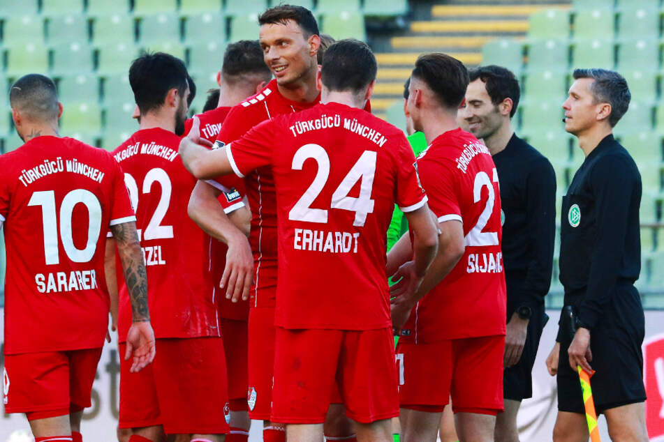 Petar Sliskovic (4.v.l.) war gegen den MSV Duisburg mit einem Doppelpack Türkgücüs Mann des Spiels.