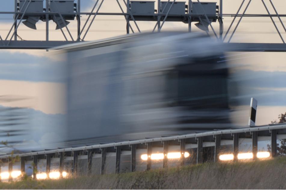 Lkw-Fahrer stirbt, während er 300 Meter eine Leitplanke entlang schrammt