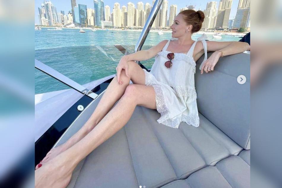 Georgina Fleur genießt das Leben in Dubai. Ihre Beine wirken durch die Weitwinkelperspektive noch länger.