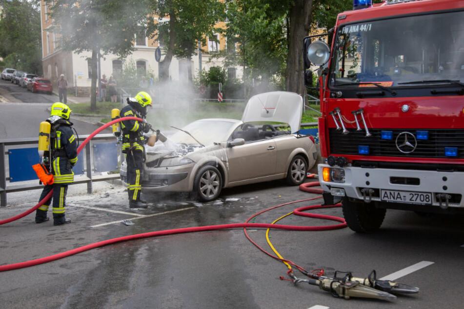 Feuerwehreinsatz in Annaberg: Renault gerät in Brand