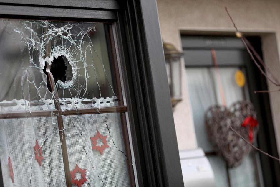 Ein Loch ist in einer Fensterscheibe eines Wohnhauses zu sehen.