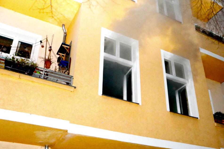 Weihnachtsbaum geht in Flammen auf: Ein Mensch schwer verletzt!