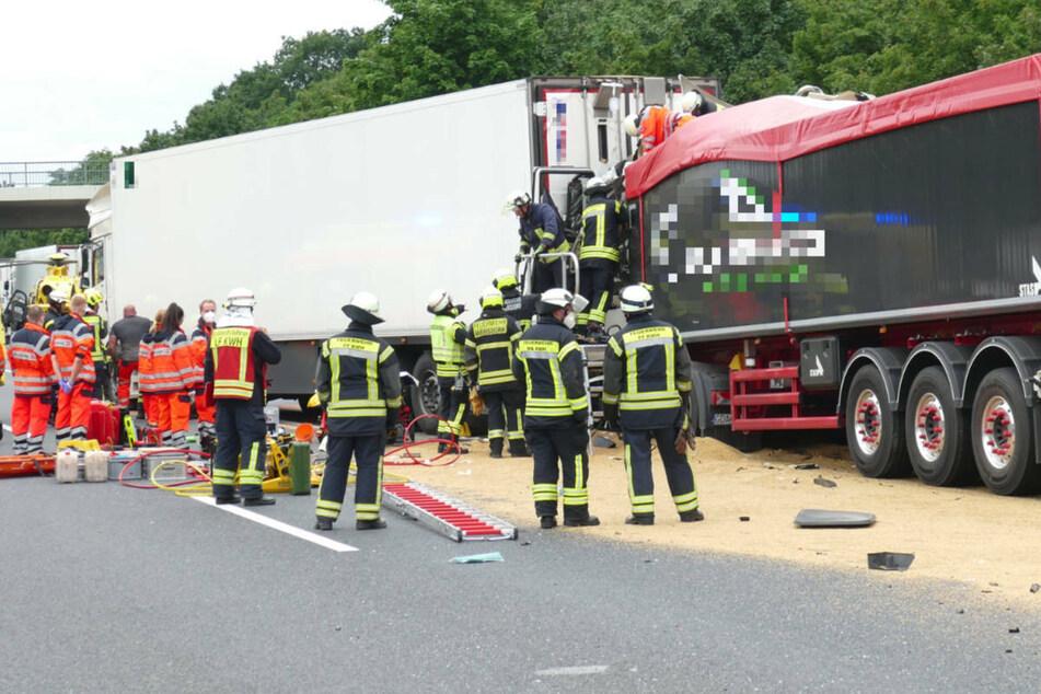 Feuerwehrleute bei der Bergung des eingeklemmten Lkw-Fahrers.