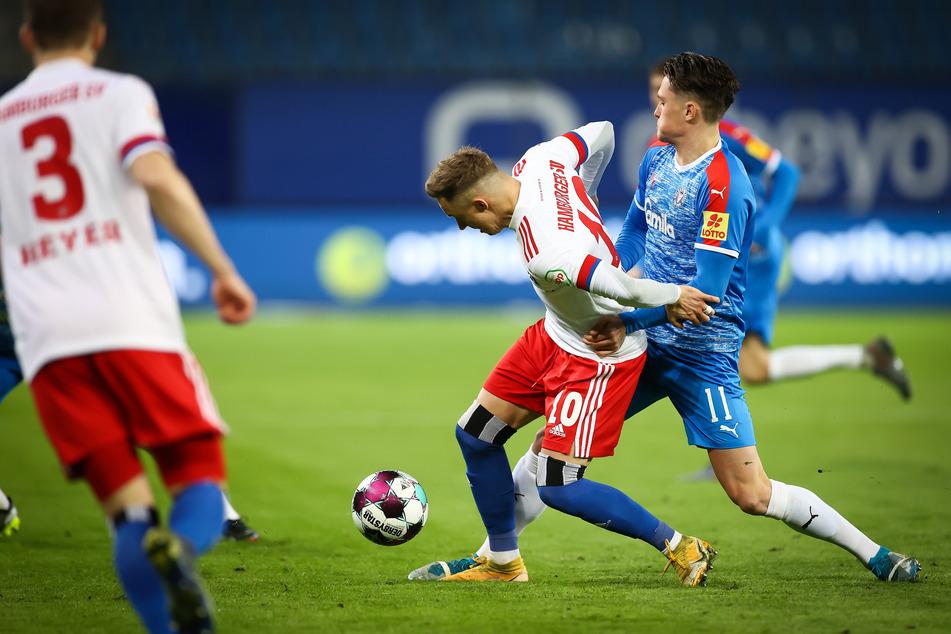 HSV-Mittelfeldstratege Sonny Kittel (M.) - hier im Zweikampf mit Kiels Fabian Reese (r.) - leitete viele Angriffe der Rothosen ein.
